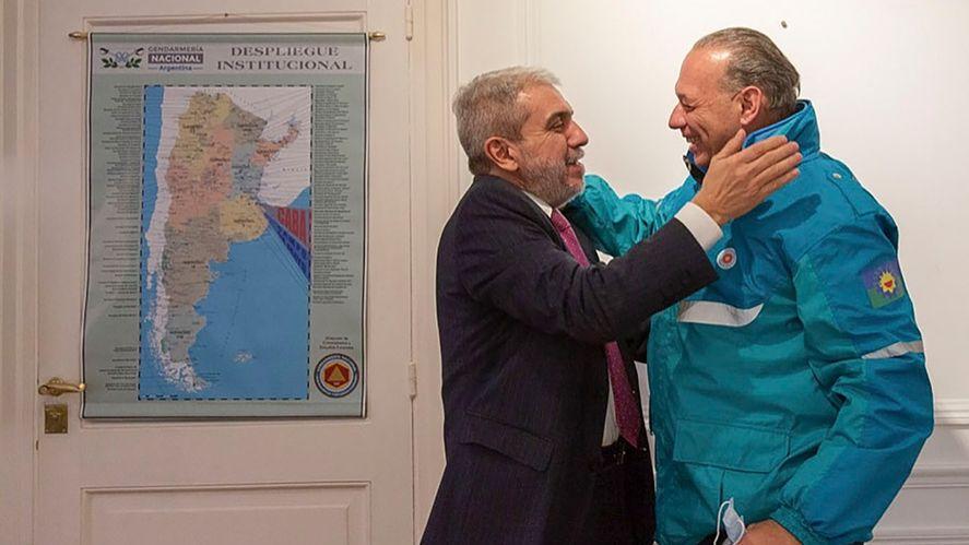 Abrazo, sonrisa y foto. Sergio Berni y Aníbal Fernández recomponen el vínculo entre Nación y Provincia en materia de seguridad.