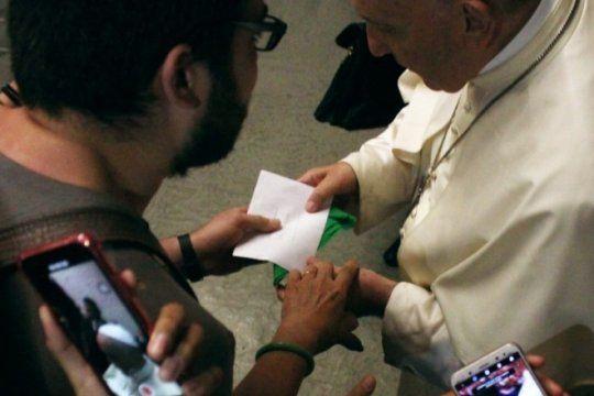 aborto: un argentino que vive en roma le dio un panuelo verde y le pidio por la ley al papa francisco