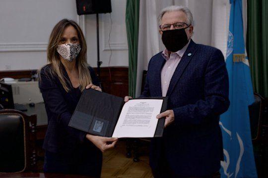 malena galmarini firmo convenios con barbieri, rector de uba para capacitacion, investigacion y auditoria