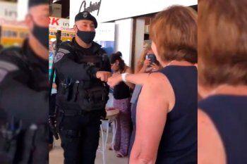 Venia y puño. El gesto de los agentes de la policía bonaerense a Patricia Bullrich.