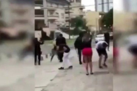 salvaje: asi golpeo la policia a un grupo de jovenes que salia de un boliche