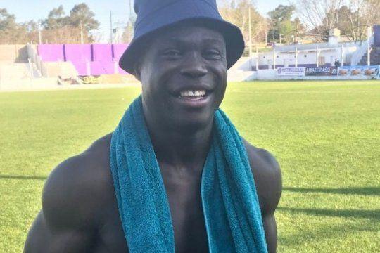 el camerunes de sacachispas que anoto su primer gol, lo festejo como el negro de whatsapp y se volvio viral