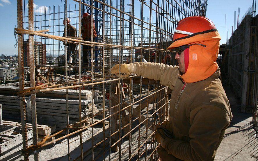 Efectos de la recesión: en febrero, la industria cayó 8,5% y la construcción 5,3%