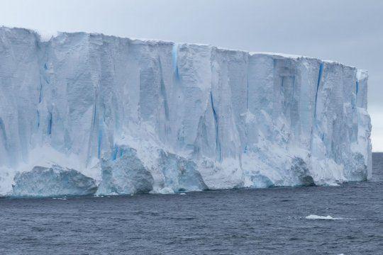 El iceberg A68a se mueve libremente por el Atlántico Sur y las autoridades británicas están preocupadas.