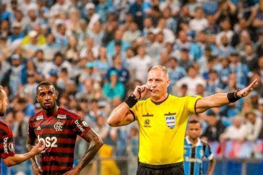 en brasil tambien hay polemica por el var: mira los tres goles que pitana le anulo a flamengo frente a gremio