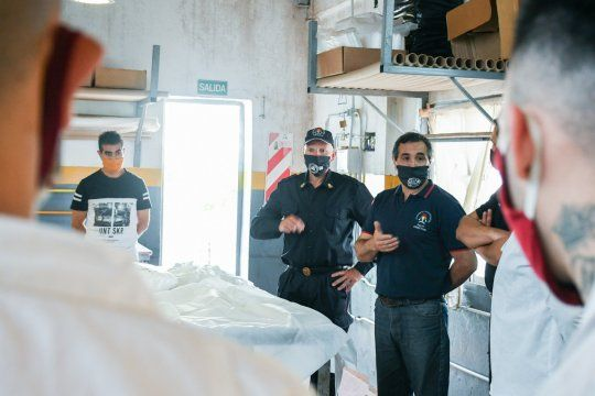 Presos de la Unidad 9 La Plata elaboraron 300 tapabocas para bomberos