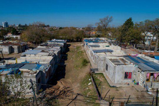 cambiemos abandono una obra de 152 casas en villa azul, el barrio mas afectado por el coronavirus