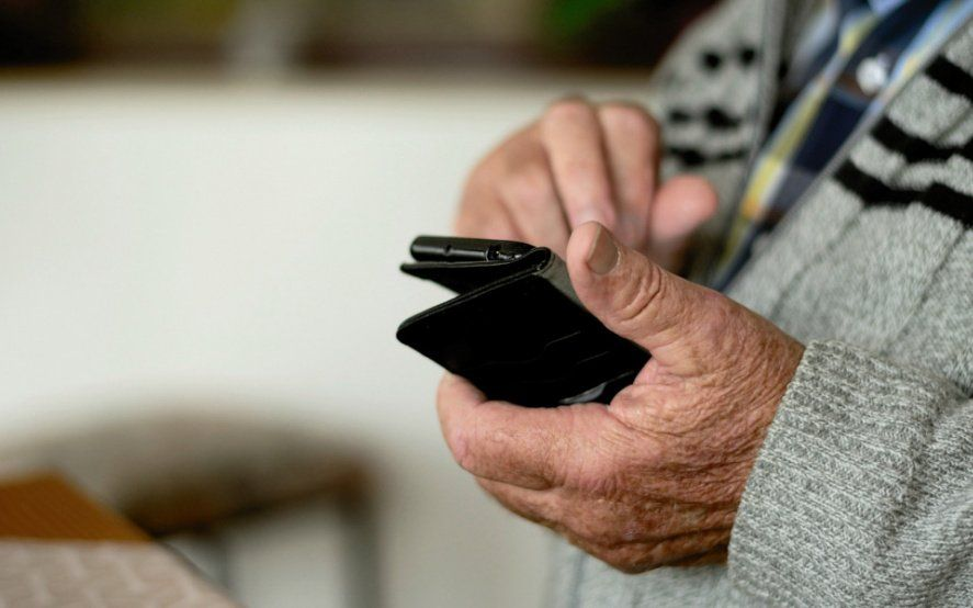 Un municipio ofrece botones antipánico para jubilados: tienen que pagar $4500 y tener WiFi