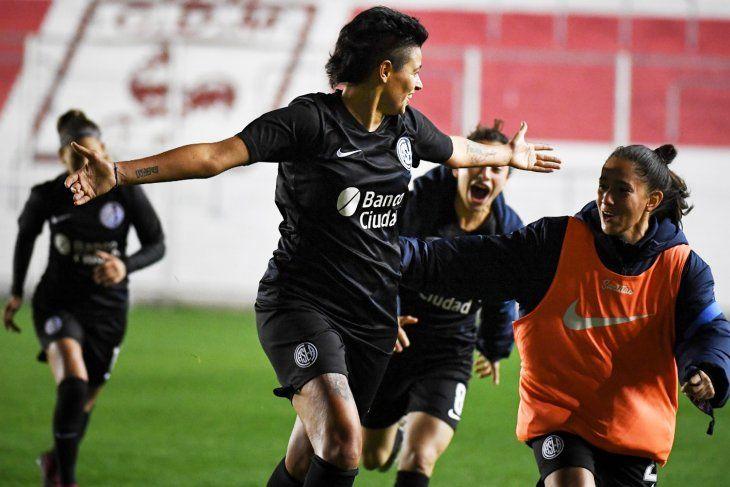 Sindy Ramírez grita su agónico gol para llevar a San Lorenzo a los penales. Luego se consagrarían campeonas en el fútbol femenino.