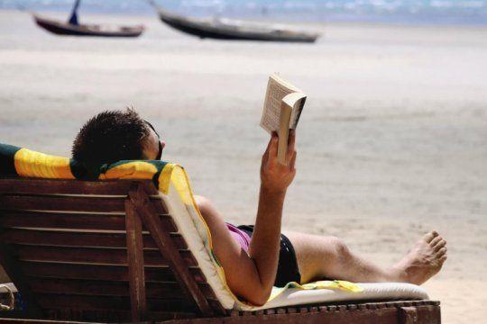 para leer en la playa: escritores de la plata llevaron sus obras a librerias de la costa atlantica