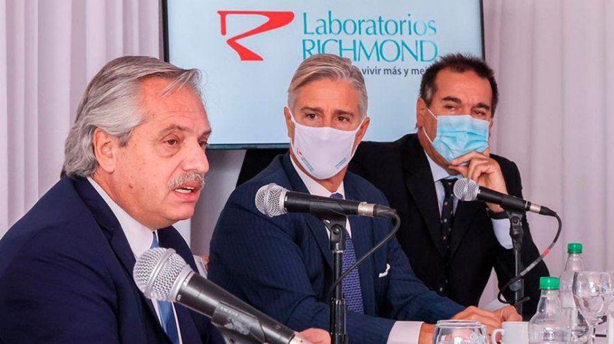 Alberto Fernández junto a Marcelo Figueiras, el presidente del Laboratorio Richmond, que producirá las vacunas Sputnik V en la Argentina