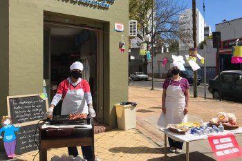 Un CADI platense vende choripanes para pagar la obra social