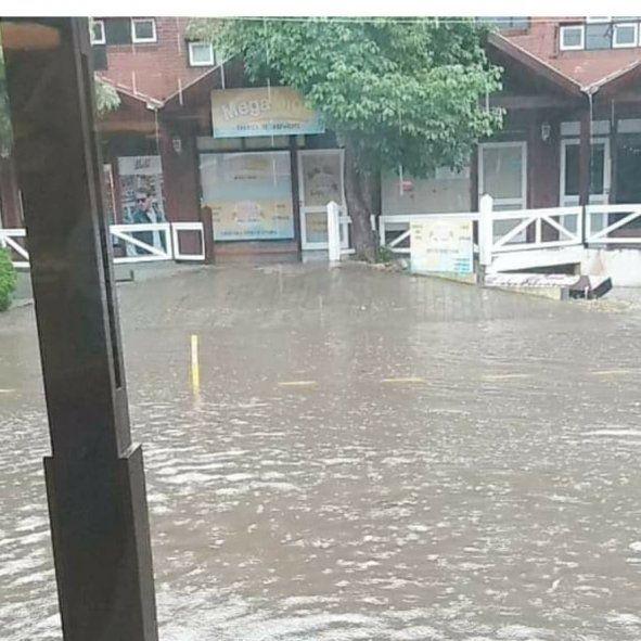 La tormenta afectó especialmente en la intersección de Shaw y Cangrejo en Pinamar (Foto: Facebook Francisco López Rosa)