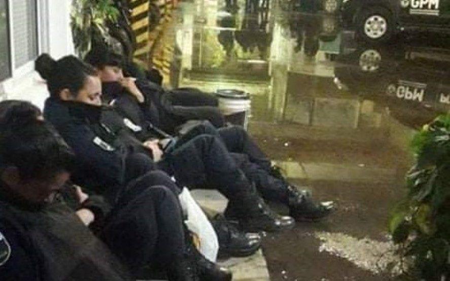 Denuncian las condiciones inhumanas en las que policías mujeres pasaron la noche anterior al ENM
