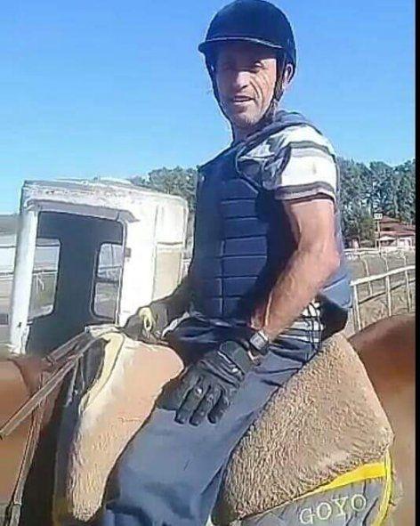 La estampa del Jockey Wualberto Vera quién encontró la muerte hoy temprano en la pista del Hipódromo de La Plata. El turf está de luto