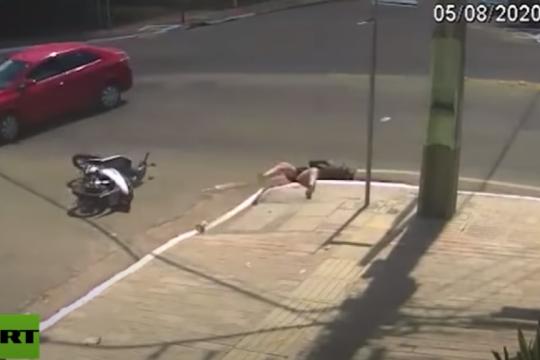 insolito: una mujer rodo de su moto y cayo a una alcantarilla