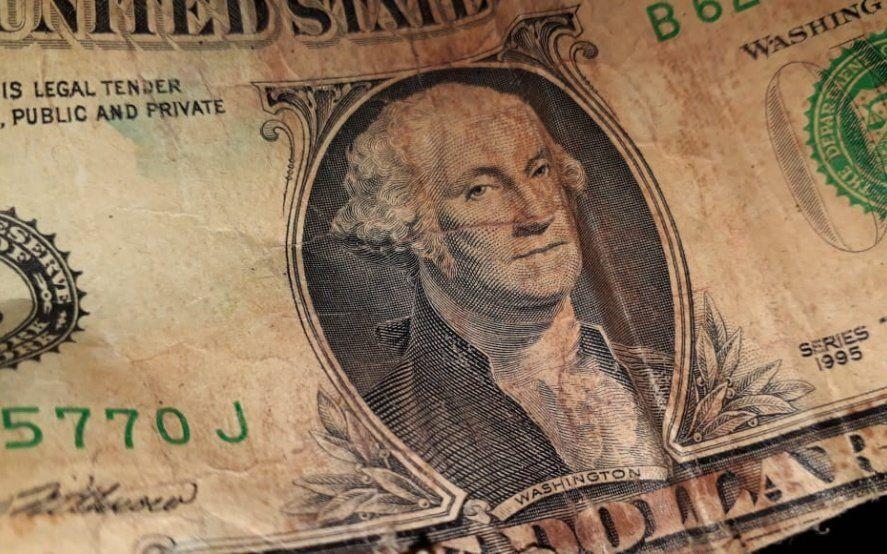 ¿Qué pasa con el dólar y el riesgo país? Las explicaciones de los economistas de derecha y de izquierda