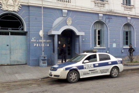 la policia de bahia blanca decidio detener a cinco mujeres que pintaban un mural a favor del aborto