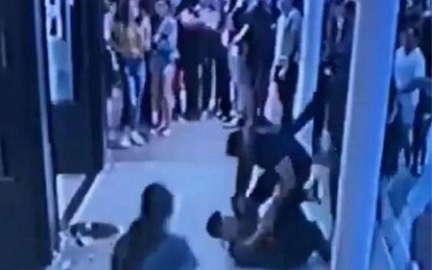 """Se cansó de esperar y atacó violentamente al mozo: """"Me vas a atender cuando yo te diga"""""""