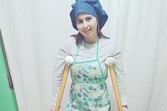 Karen nació con una luxación de cadera y hoy depende de muletas para desplazarse