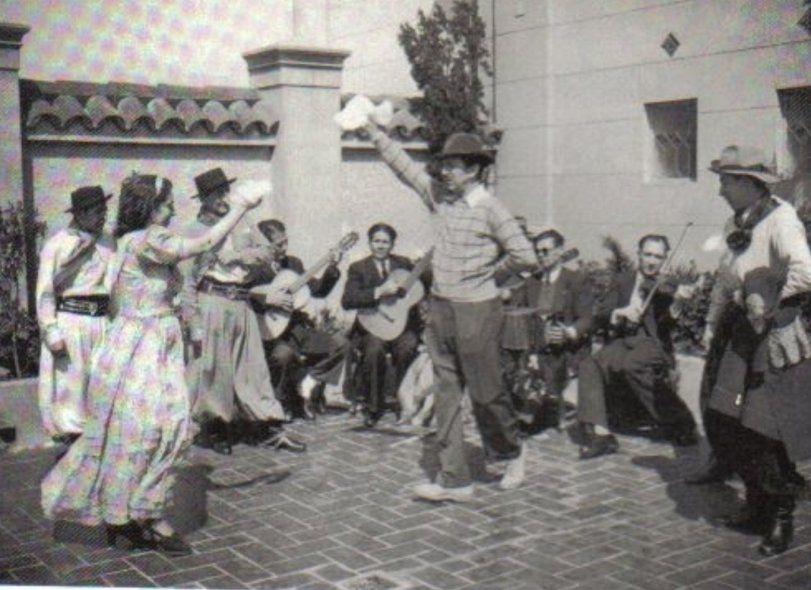 Esta fotografía que muestra la cuenta de Twitter es un verdadero incunable. Walt Disney bailando una zamba en una quinta de Moreno, en el Conurbano oeste, en la quinta del artista Molina Campos, después de un tremendo