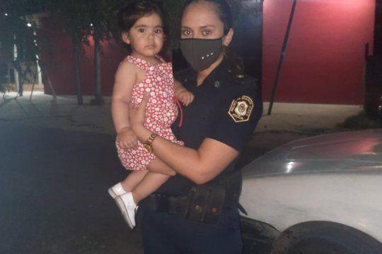 La oficial heroína junto a la bebé de 14 meses reanimada