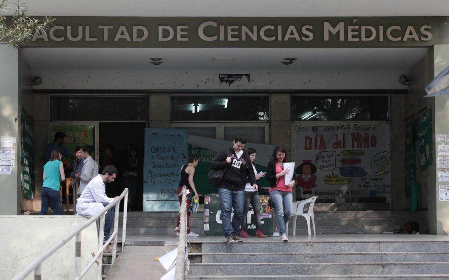 """La carta viral de un docente de Medicina: """"Nuestra casa de estudios cambió su rumbo elitista"""""""