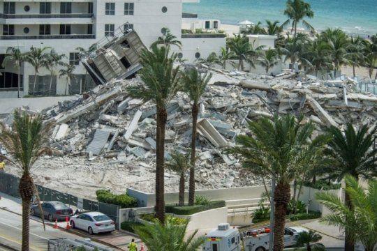 mira el derrumbe de un edificio en miami y como un obrero es alcanzado por los escombros, esta grave