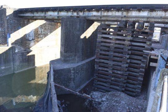vidas en peligro: un puente sostenido por tarimas pone en riesgo a usuarios del belgrano norte
