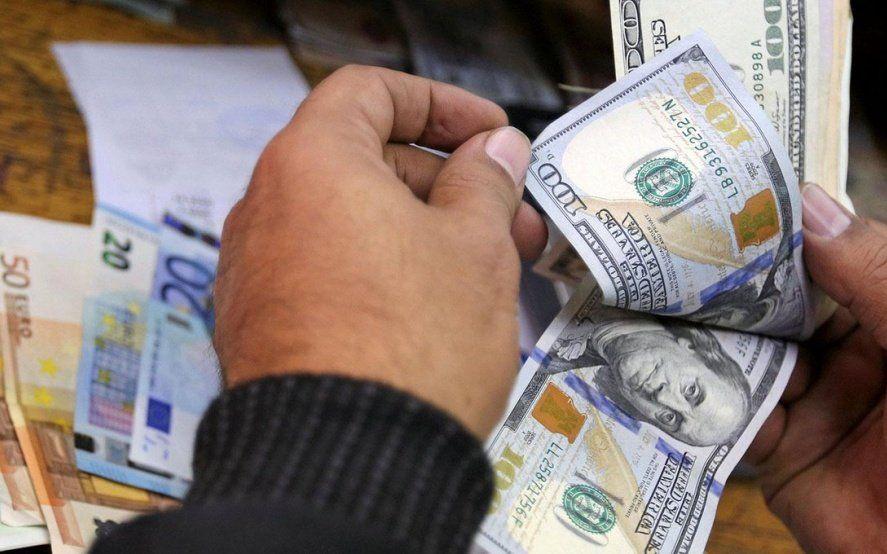 No dejan de subir: el dólar ya opera a $47 y el riesgo país superó los 1000 puntos
