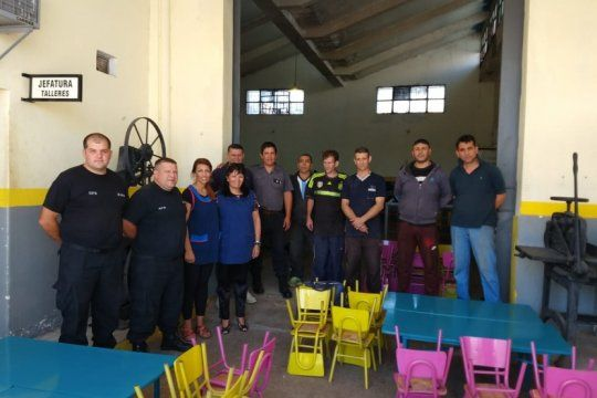 presos de una carcel platense restauraron mesas y sillas para donar a una escuela de berisso
