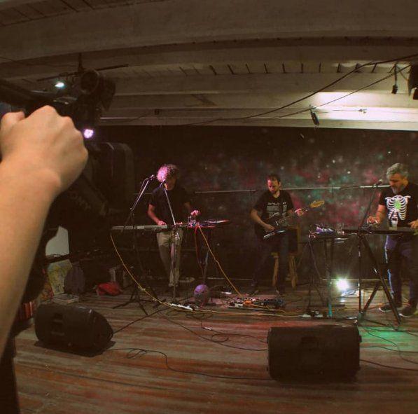 Ramiro Sagasti y Kubilai Medina son parte de Gah Gah, la banda encargada de abrir este ciclo de música en vivo en Casa Pulsar.