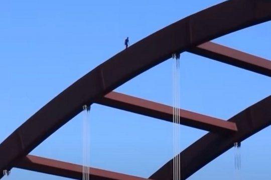 un youtuber salto de un puente y termino fracturado