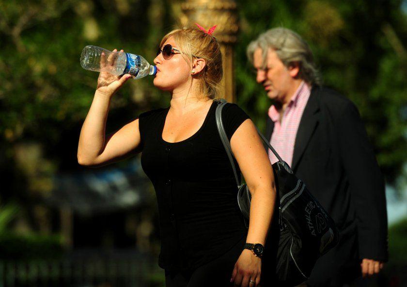 Ante el alerta amarillo por calor, se recomienda aumentar el consumo de líquidos sin esperar a tener sed