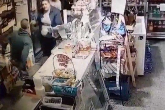 a los botellazos: asi espanto una empleada marplatense a un ladron que intento robarle con un cuchillo