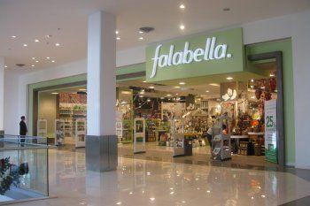 Falabella y Walmart evalúan retirarse del país después de varios años en crisis.