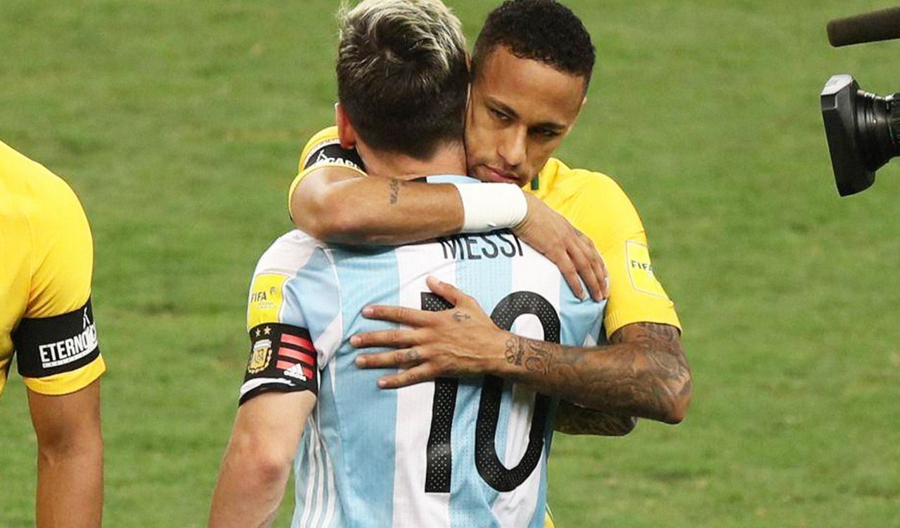 La amistad ante todo: Neymar consuela a Messi en 2019, el sábado habrá revancha para la Pulga.