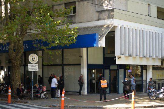 los bancos abriran el sabado y el domingo para evitar las largas filas de este viernes