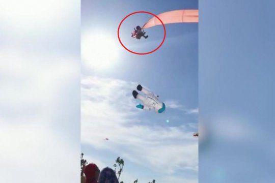 video: una nena salio volando mientras remontaba un barrilete en taiwan