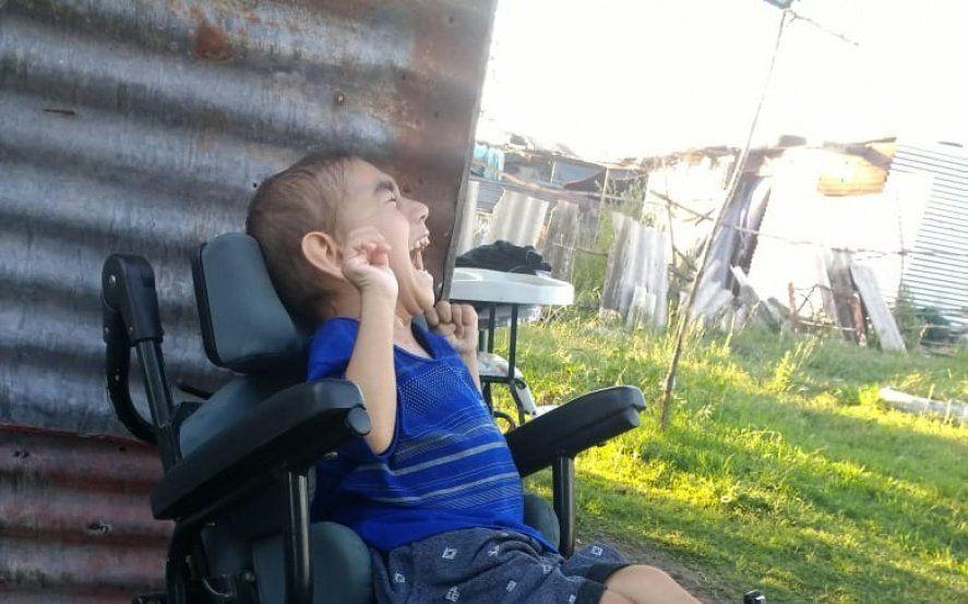 Una ayuda para Agustín: tiene 5 años, sufre parálisis cerebral y necesita una silla de ruedas para ir a clases