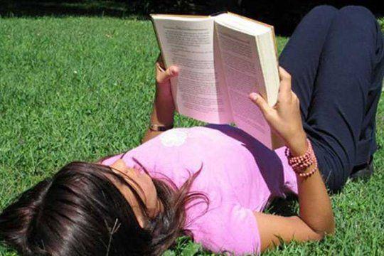Todos los viernes de febrero, de 17 a 20 se lleva a cabo Libros al sol en Plaza Malvinas.