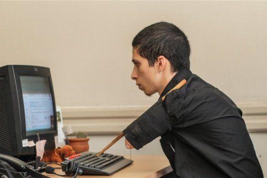 el gobierno echo a una persona sin brazos porque no pudo adaptarse a un nuevo trabajo