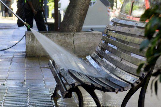 El municipio de La Plata realiza tareas de desinfección en calles y centros comerciales