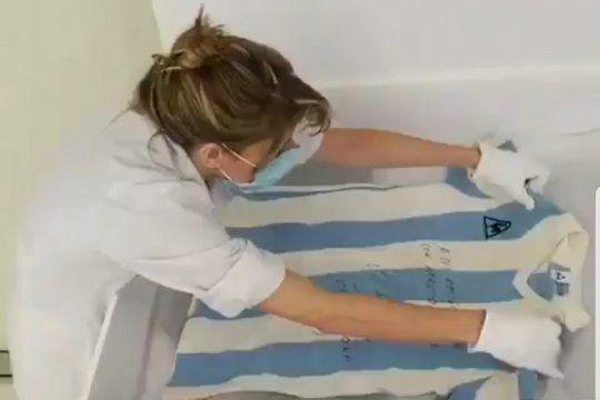 El tratamiento quirúrgico que brindan a cada prenda en el video del Museo de la Moda que exhibe reliquias de Maradona en Chile.