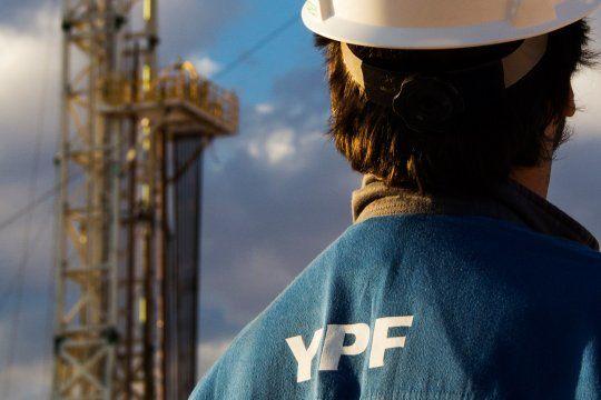 una calificadora de riesgo elevo la nota de ypf