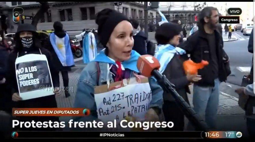 La llamada Convención Nacional de Señoras Bisman frente al Congreso protestando contra la ley pandemia