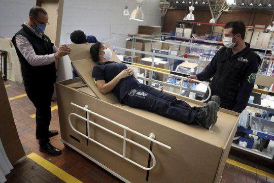 en colombia crearon una camilla de hospital que se convierte en ataud