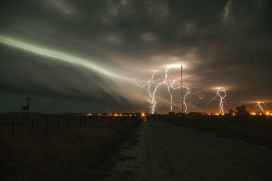 El fotógrafo Damián Alvarez capturó estas increíbles imágenes de la tormenta de anoche, en Lezama.