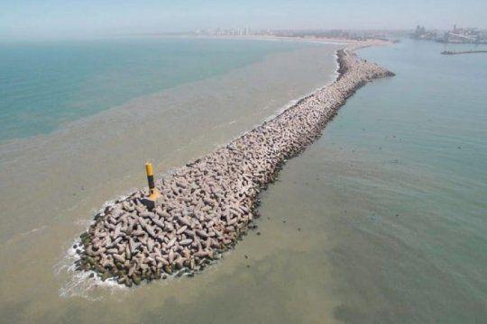 temporal en necochea: mira el momento en que las olas y el viento derribaron el faro de la escollera sur