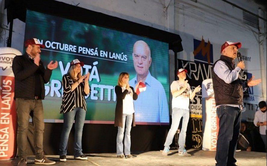 Sin color amarillo y a los botellazos, el acto de relanzamiento de campaña de Grindetti en Lanús